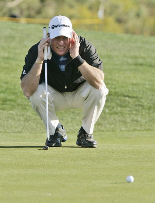 Scott+Verplank%2C+from+Edmond%2C+Okla.%2C+lines+up+a+put+on+his+15th+hole+during+the+second+round+of+the+Bob+Hope+Classic+golf+tournament+at+the+Classic+Club+golf+course+in+Thousand+Palms%2C+Calif.%2C+Thursday%2C+Jan.+18%2C+2007.+Verplank+finished+the+second+day+with+%28AP+Photo%2FDon+Ryan%29%0A