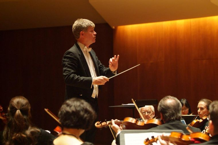 Ian+Hobson+conducts+the+Sinfonia+da+Camera+on+March+13%2C+2010+at+a+concert+in+the+Krannert+Center+for+the+Performing+Arts%E2%80%99+Foellinger+Great+Hall.+The+professional+chamber+orchestra+will+perform+at+Foellinger+Great+Hall+along+with+student+choral+groups+Thursday+night.