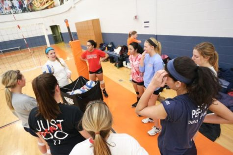 The Illinois women's club volleyball team gathers during a break in its practice on Monday.