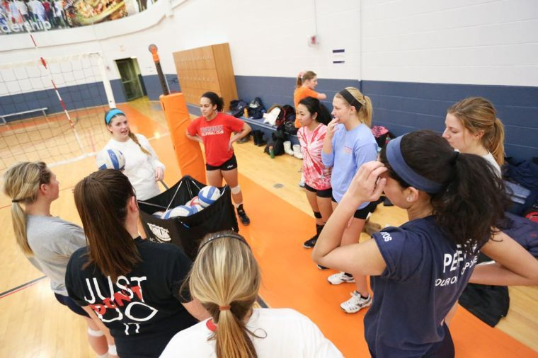 The+Illinois+women%E2%80%99s+club+volleyball+team+gathers+during+a+break+in+its+practice+on+Monday.