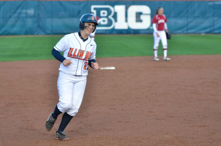 Remeny+Perez+%2817%29+runs+to+home+plate+as+she+scores+the+only+run+during+the+second+game+of+a+double+header+against+Indiana+on+Saturday+at+Eichelberger+Field.+The+Illini+won+1-0.