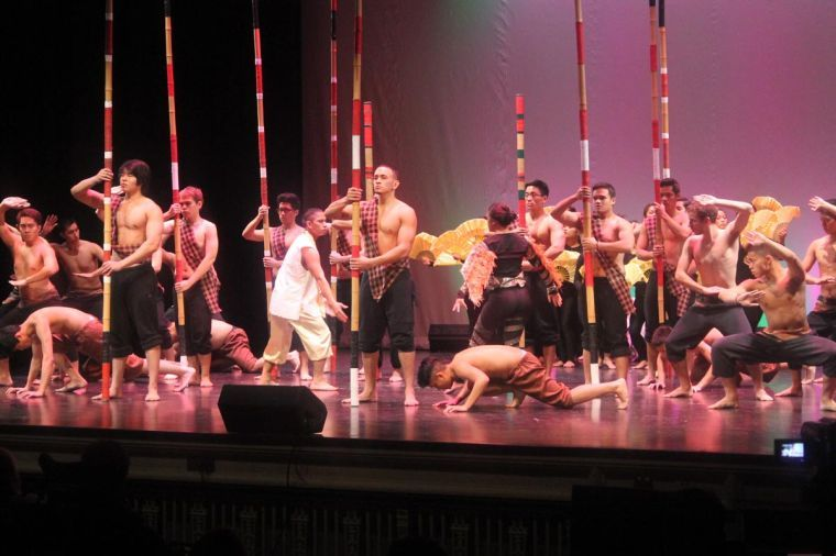 Battle+of+the+Bamboo+performers+dance+during+Filipino+Culture+Night+at+Lincoln+Hall+Theater+on+Saturday+night.