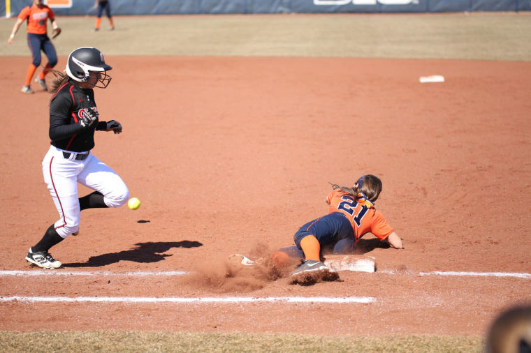 Illinois' Allie Bauch (21) goes to ground in an attempt to catch a short throw during the game against Omaha, on March 15, 2014.