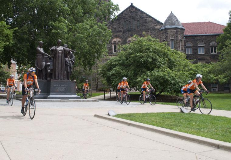 Members+of+the+2014+Illini+4000+team+gather+around+the+Alma+Mater+during+their+stop+in+Champaign+on+Sunday.