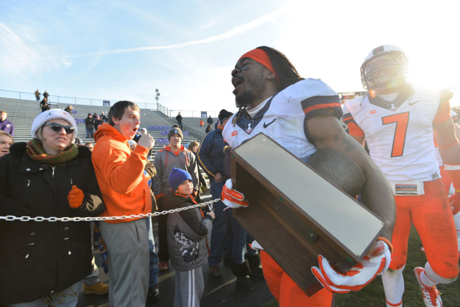 Illinois%27+Earnest+Thomas+III+carries+the+Land+of+Lincoln+trophy+after+the+game+against+Northwestern+at+Ryan+Field+in+Evanston%2C+Ill.+on+Saturday.+The+Illini+won+47-33.