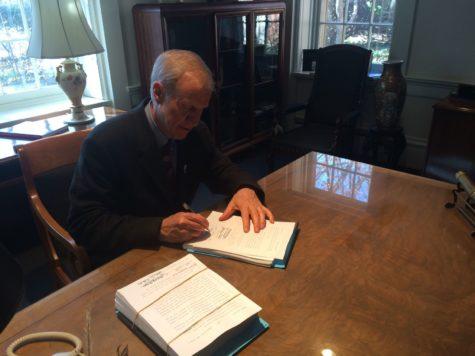 Rauner signs fiscal year '15 budget bill, cuts University funding $15 million