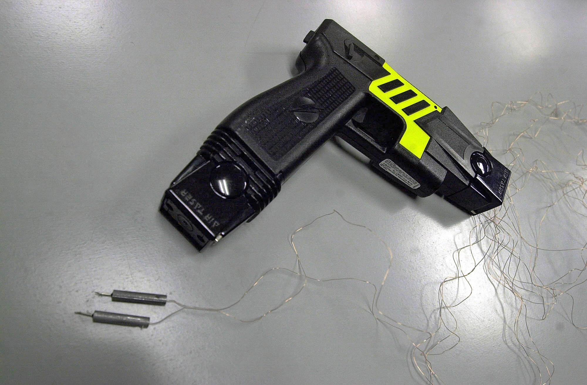 KRT SOUTH STORY SLUGGED: FL-TASERGUNS KRT PHOTO BY RED HUBER/ORLANDO SENTINEL (July 31) A Taser gun administers a non-lethal shock to subdue criminals. (OR) NC KD 2002 (Horiz) (gsb)