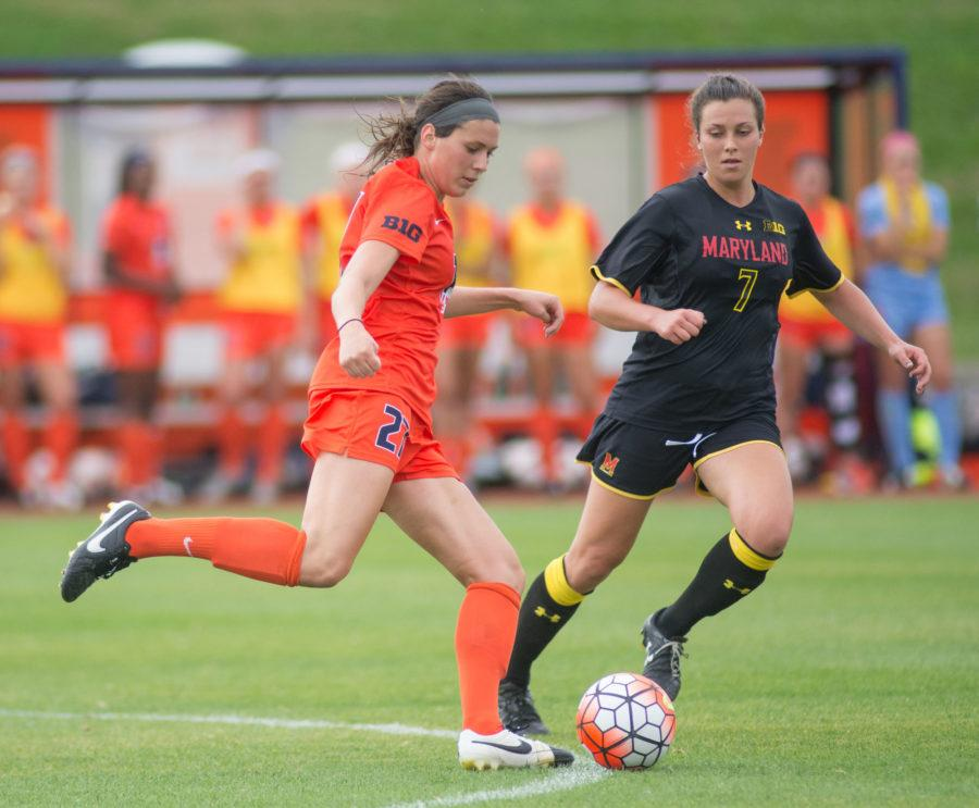Taylore+Peterson+makes+a+pass+during+the+game+against+Maryland+at+Illinois+Soccer+and+Track+Stadium+on+Thursday.+Illinois+won+2-1+in+double+overtime.