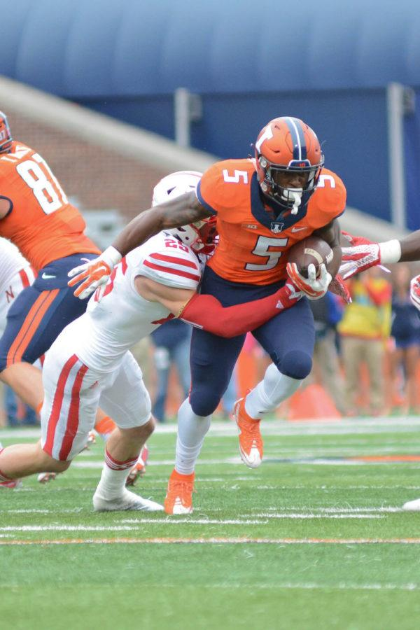 Illinois%27+Ke%27Shawn+Vaughn+%285%29+runs+with+the+ball+during+the+game+against+Nebraska+at+Memorial+Stadium+on+Saturday%2C+Oct+3%2C+2015.+The+Illini+won+14-13.