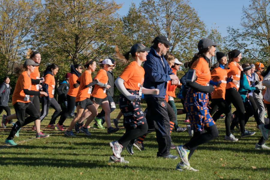 Students%2C+faculty+and+community+members+briskly+begin+their+run+at+the+Homecoming+5K+on+Sunday+morning.+