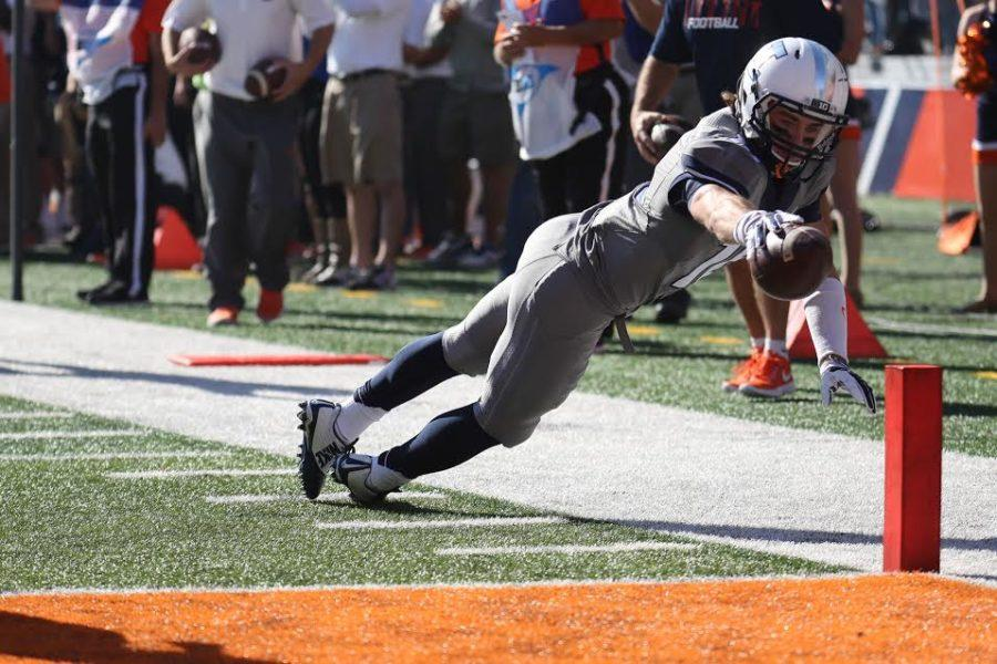 Illinois%27+Mike+Dudek+reaches+for+the+pylon+during+the+Illini%27s+28-24+Homecoming+win+over+Minnesota+on+Oct.+25%2C+2014.