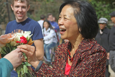 Kelly Hickey The Daily IlliniChancellor Phyllis Wise receives a rose on Wednesday, from a student in honor of her one-year anniversary as Chancellor on this campus. Wise was greeted by sixty students with roses, spanning from the Illini Union to the the Swanlund Administration Building.
