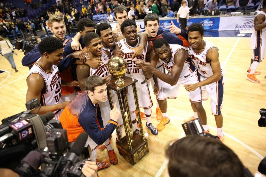 The+Illini+men%27s+basketball+team+poses+with+Braggin%27+Rights+trophy+after+beating%26nbsp%3BMissouri+62-59+in%26nbsp%3Blast+season%27s+edition+of+the+rivalry+game.