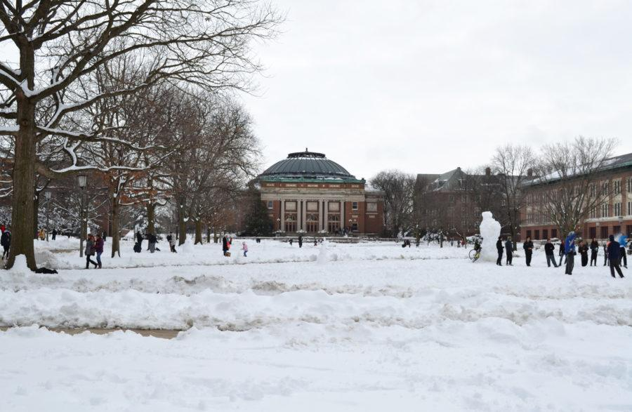Zoe+Grant+Daily+Illini%0DStudents+gathered+on+the+Main+Quad+to+enjoy+the+snow+on+Manday+afternoon.