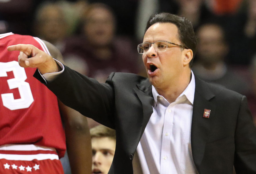 Indiana head coach Tom Crean yells instructions to his players during the first half against Minnesota on Saturday, Jan. 16, 2016, at Williams Arena in Minneapolis. Indiana won, 70-63. (David Joles/Minneapolis Star Tribune/TNS)