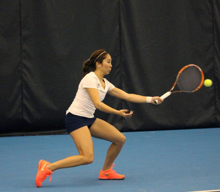 Louise+Kwong+rallys+the+ball+at+the+Atkins+Tennis+Center+on+February+13%2C+2016.+Illini+beat+South+Florida+5-2