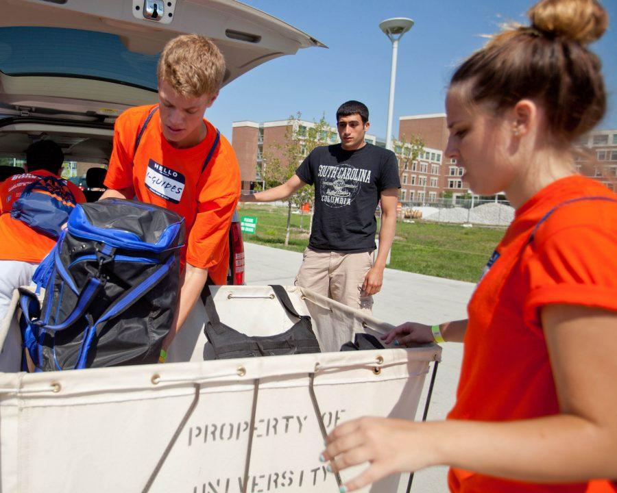 An I-Guide helps a freshman move into Hopkins Hall during move-in week in Fall 2016.