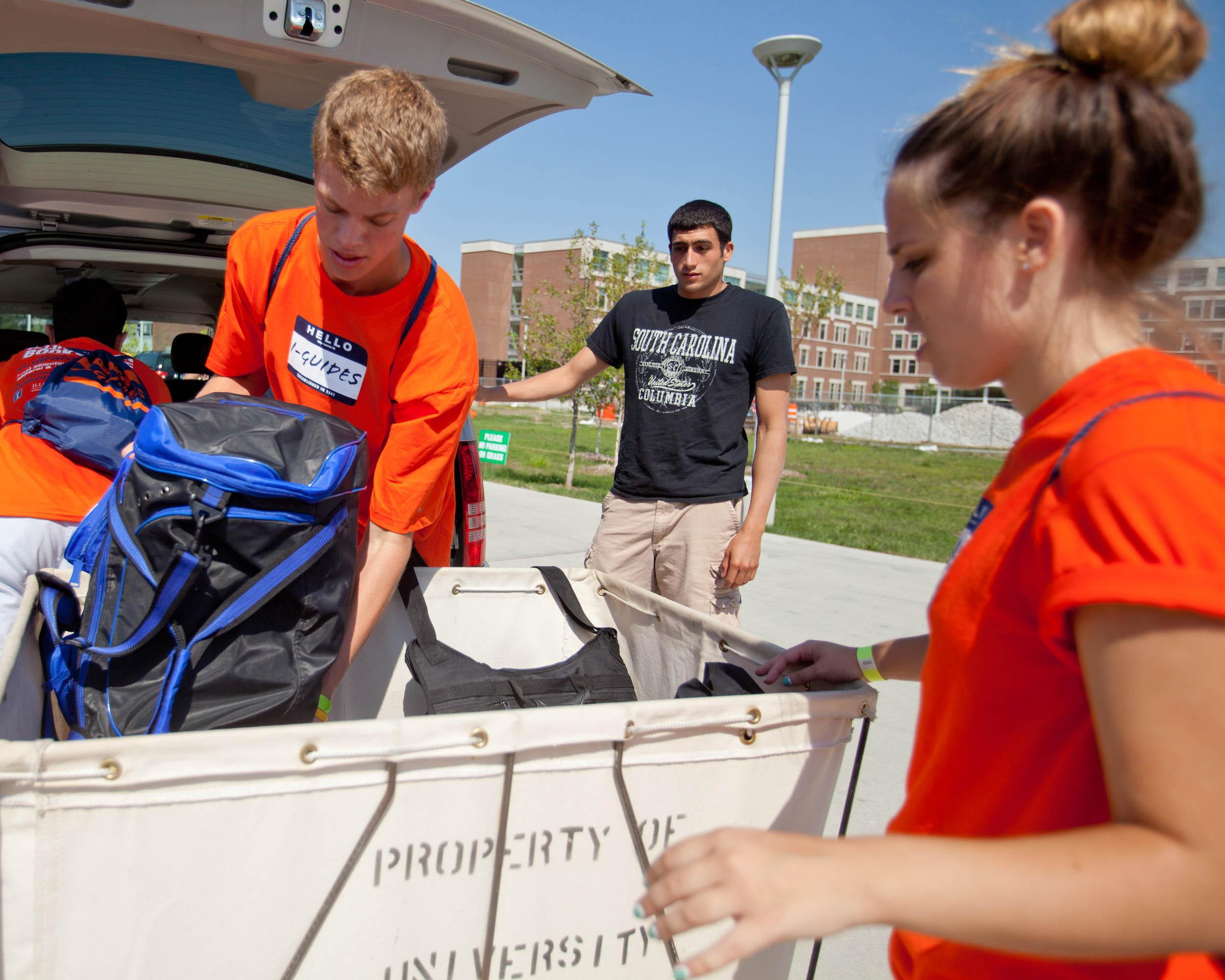 An I-Guide helping a freshman move into Hopkins Hall during move-in week.