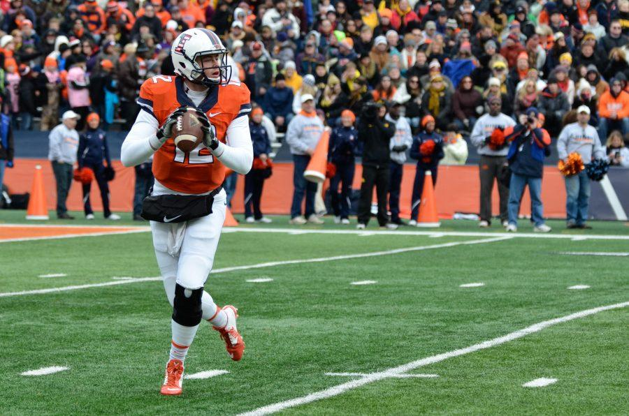 Illinois%27+Wes+Lunt+looks+to+pass+the+ball+during+the+game+against+Iowa+at+Memorial+Stadium+on+Nov.+15%2C+2014.+The+Illini+lost+30-14.