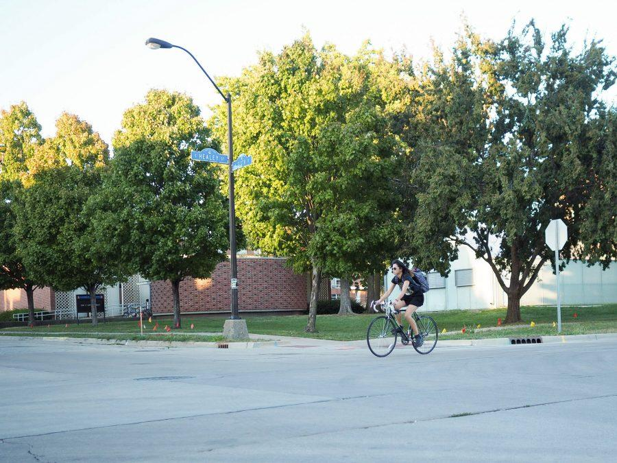Student+bikes+through+Sixth+and+Healey+intersection+in+Champaign%2C+IL.+October+11%2C+2016.