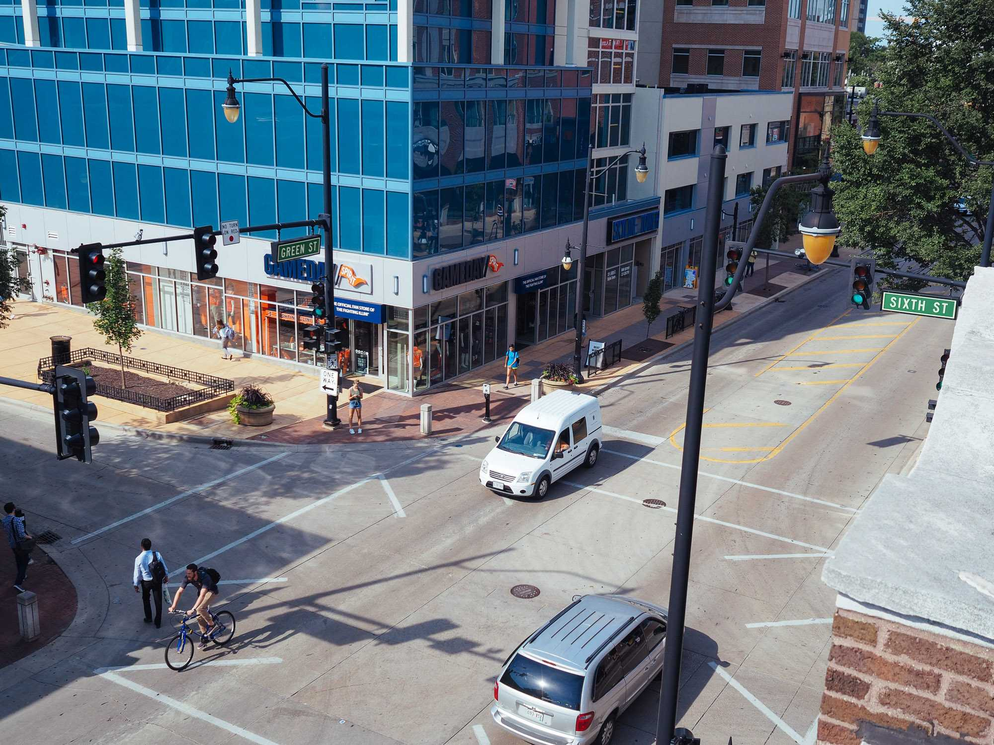 Cars pass the intersection of Sixth and Green Street while students wait to pass. Opinions editor Tyler writes about campus life during breaks and what students can look forward to when campus is much less busy.
