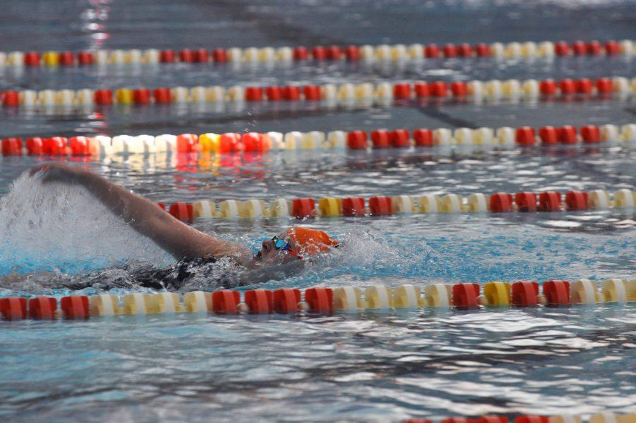 Sam+Stratford%2C+sophomore%2C+swims+backstroke+in+the+400+yard+IM+at+the+Fighting+Illini+Dual+Meet+Spectacular+in+the+ARC+Pool+on+October+16%2C+2015.