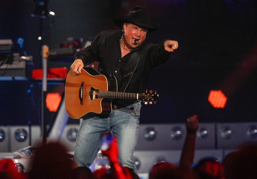 Country+music+superstar+Garth+Brooks+performs+at+the+Valley+View+Casino+Center+on+Nov.+5%2C+2015+in+San+Diego%2C+Calif.+Tickets+for+Brook%27s+Champaign+show+were+in+high+demand%2C+causing+the+ticket+server+to+crash.+