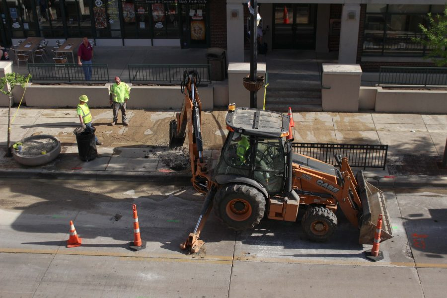 Construction+workers+fix+a+potential+underground+water+line+that+broke++in+front+of+Cold+Stone+Creamery+on+Green+Street+on+Monday.+