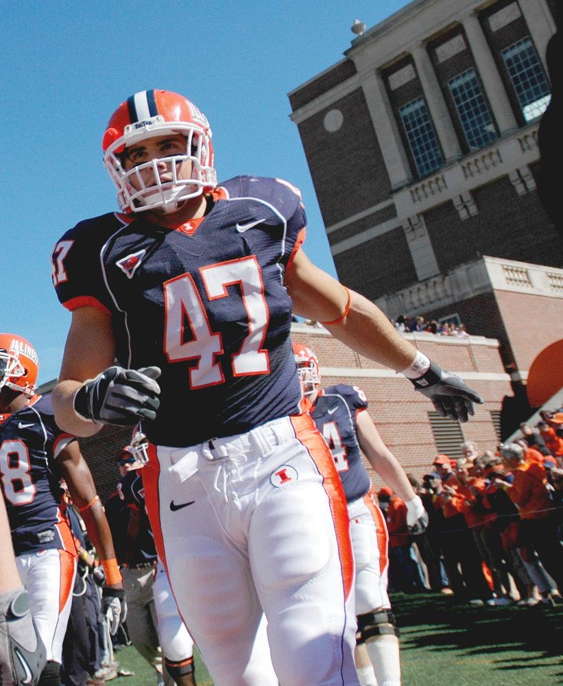 Linebacker+J+Leman+%2847%29+enters+the+field+for+Illini%27s+game+against+Indiana+University+on+October+7%2C+2006.
