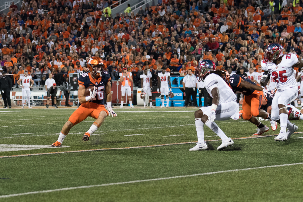 Running+back+Mike+Epstein+stares+down+a+Western+Kentucky+defender+during+the+Illini%27s+20-7+win+on+Saturday.
