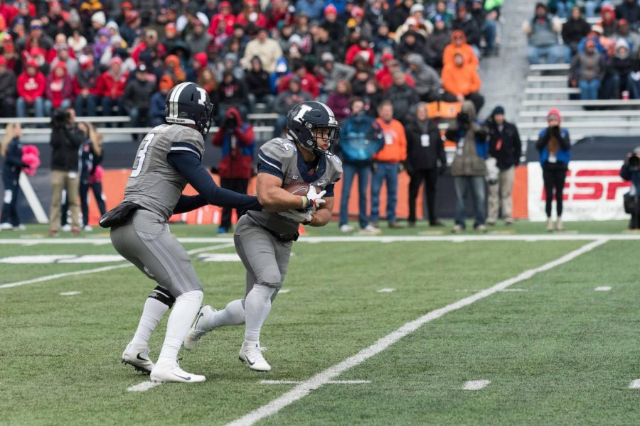 Illinois+running+back+Kendrick+Foster+takes+a+handoff+during+the+game+against+Wisconsin+on+Saturday%2C+Oct+28.+The+Illini+lost+10-24.