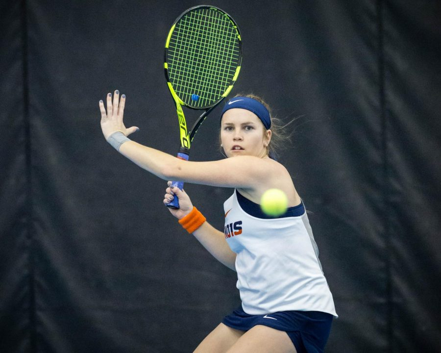 Illinois%27+Jaclyn+Switkes+gets+ready+to+return+the+ball+during+the+match+against+Texas+at+Atkins+Tennis+Center+on+Friday%2C+Feb.+2%2C+2018.+The+Illini+won+4-2.
