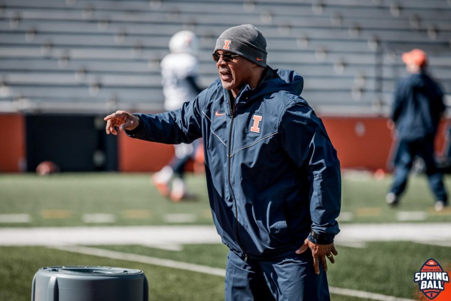 Illinois+safeties+coach+and+passing+game+coordinator+Gill+Byrd+helps+direct+football+practice.+Byrd+joins+tight+ends+coach+Cory+Patterson+and+defensive+line+coach+Austin+Clark+as+one+of+the+team%E2%80%99s+newest+coaching+additions.%0A%0A