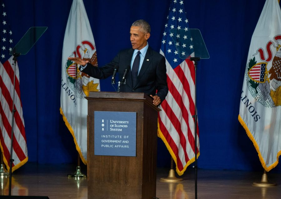 Former+President+Obama+begins+his+address+to+the+University%27s+attending+students.