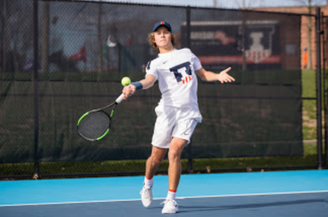 Illinois%E2%80%99+Aleks+Kovacevic+returns+the+ball+during+the+match+against+Wisconsin+at+Atkins+Tennis
