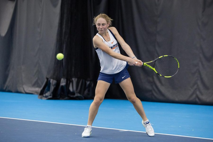 Illinois%27+Mia+Rabinowitz+gets+ready+to+return+the+ball+during+her+singles+match+against+Texas+at+Atkins+Tennis+Center+on+Feb.+2%2C+2018.+Rabinowitz+won+her+singles+match+6-2%2C+7-6%5B2%5D%2C+and+the+Illini+won+4-2.