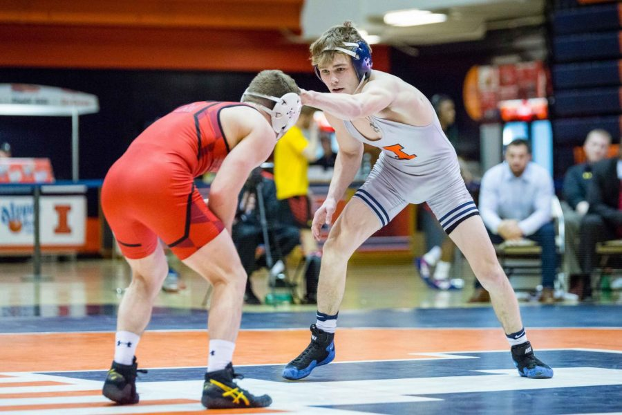 Illinois%E2%80%99+Travis+Piotrowski+wrestles+with+Maryland%E2%80%99s+Brandon+Cray+in+the+125-pound+weight+class+during+the+meet+at+Huff+Hall+on+Jan.+28.+The+Illini+won+25-18.%0A