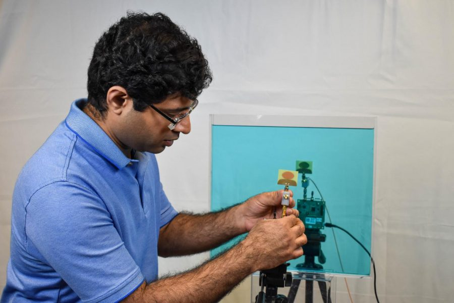 Ashutosh+Dhekne%2C+graduate+student+in+computer+science%2C+came+up+with+the+idea+of+innovating+a+device+that+can+identify+liquids%2C+which+could+be+especially+useful+in+airports.+He+and+a+team+have+created+the+device+and+are+further+developing+it.