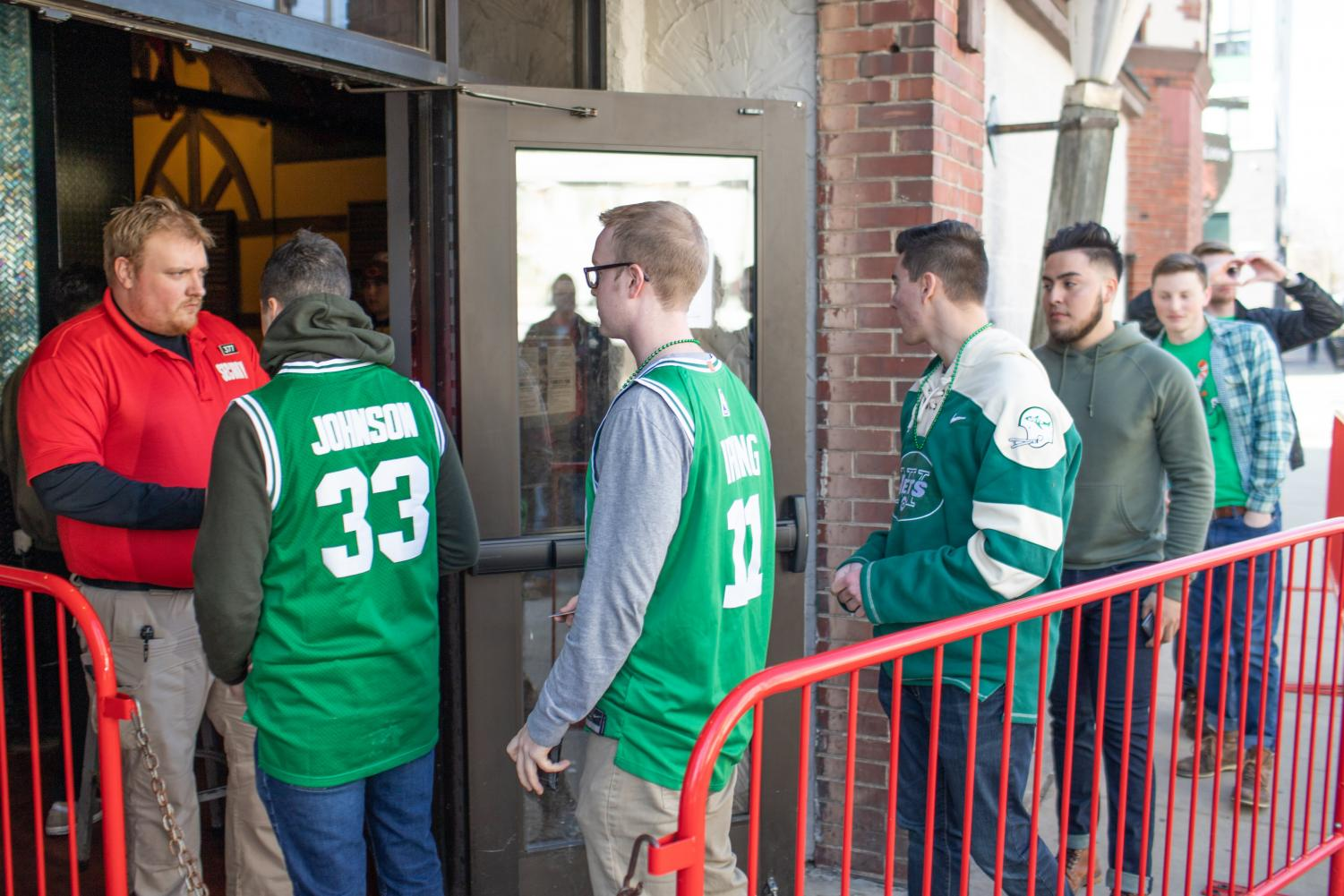 Students wait to enter the Red Lion on Friday for Unofficial. CoverMe, an app released on Feb. 18, provides live bar information to users.