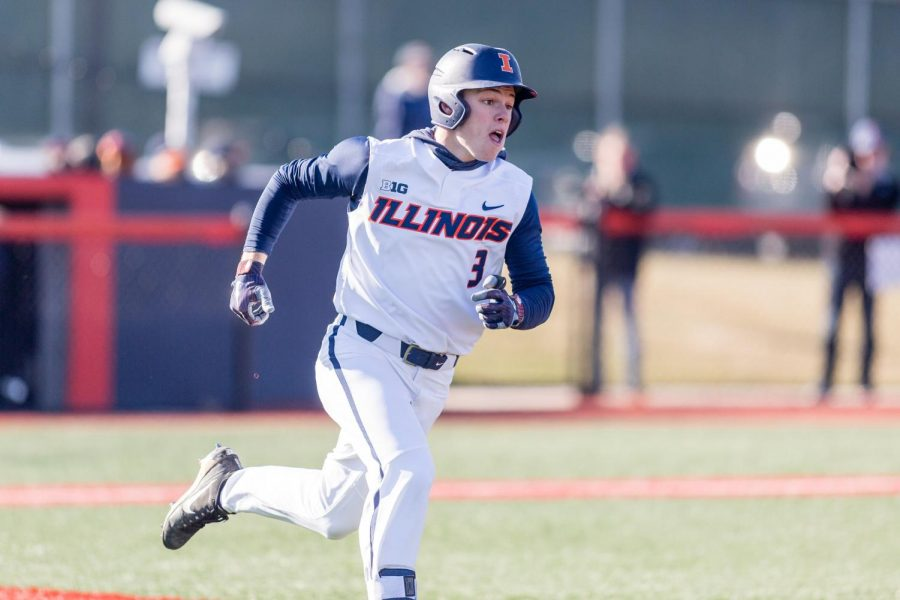 Illinois+outfielder+Jack+Yalowitz+runs+to+first.+He+played+against+Milwaukee+at+the+Illinois+Field+on+March+14.