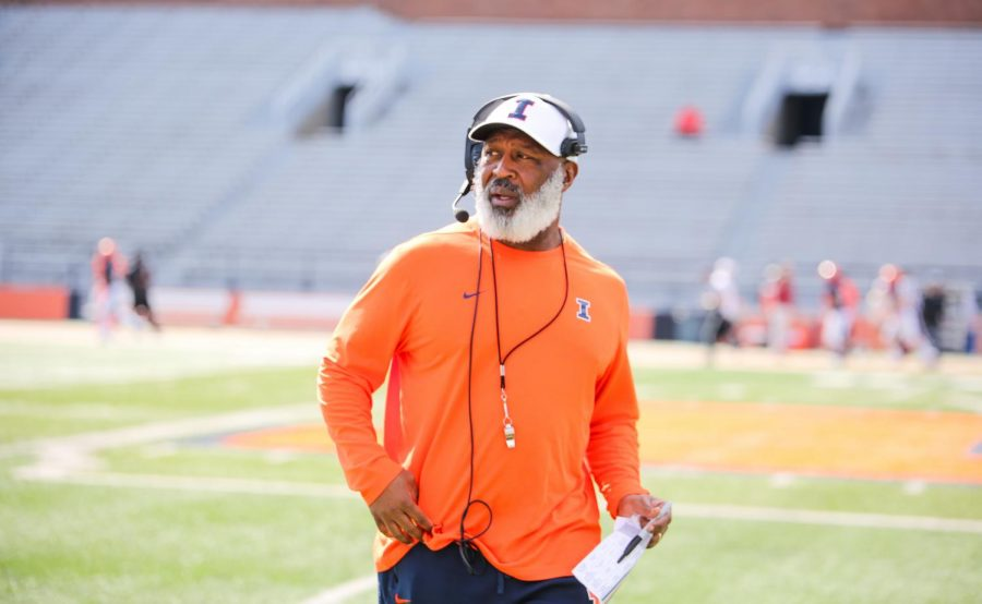 Lovie+Smith+coaches+at+the+Illini+football+spring+open+practice+on+Saturday.+He+brought+back+staff+member+Mike+Bellamy+to+fulfill+a+new+role.