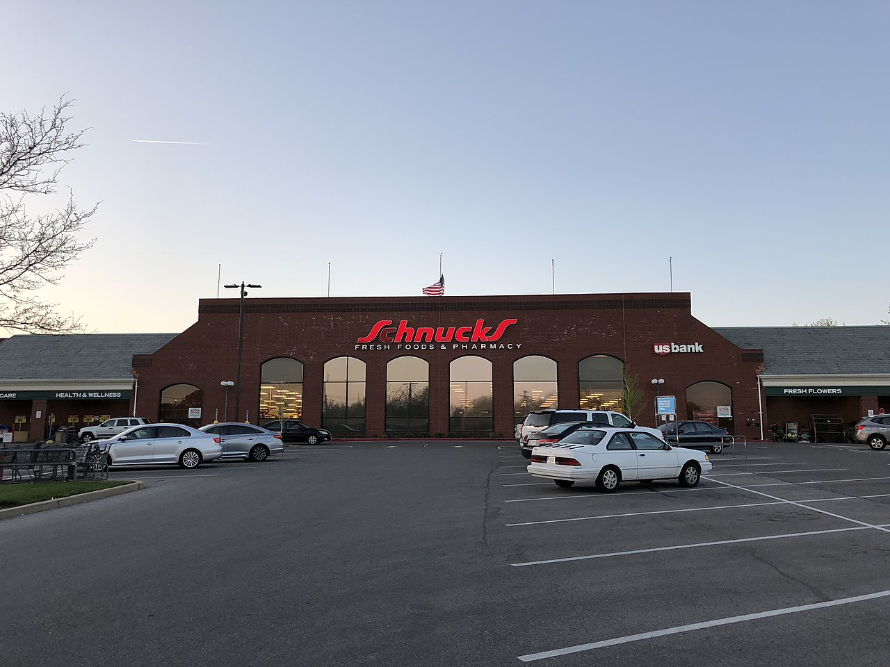 A picture of a Schnucks market in Kirkwood, Mo. at dusk.