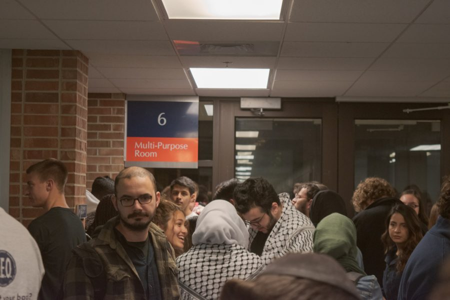 Students crowd inside the ARC attempting to enter the Illinois Student Government meeting on Wednesday. A resolution was passed dealing with anti-Semitism and anti-Zionism.