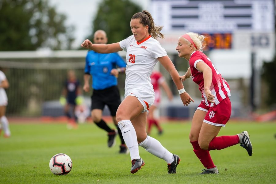 Illinois+forward+Makena+Silber+%2820%29+dribbles+the+ball+during+the+game+against+Indiana+at+the+Illinois+Soccer+Stadium+on+Sunday%2C+Oct.+14%2C+2018.+The+Illini+won+1-0+in+double+overtime.