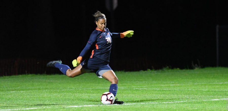 Jaelyn+Cunningham+%2830%29+kicks+the+ball+at+Demirjian+Park+on+Friday.+Illinois+faced+their+fifth-consecutive+loss+this+season+against+Michigan+on+Friday+followed+by+a+win+against+Michigan+State+on+Sunday.