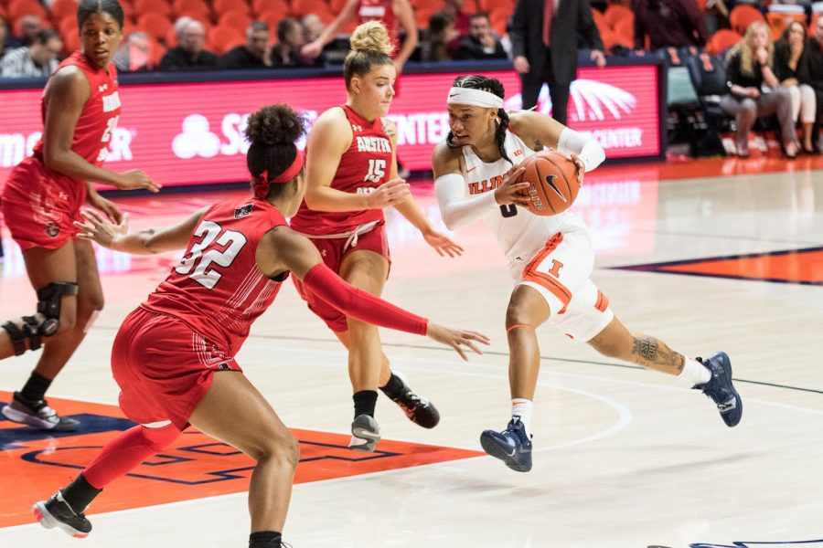 Sophomore+guard+J-Naya+Ephraim+drives+in+for+a+layup+during+Illinois%E2%80%99+game+against+Austin+Peay+at+the+State+Farm+Center.+Illinois+beat+Austin+Peay+76-62+on+Wednesday.