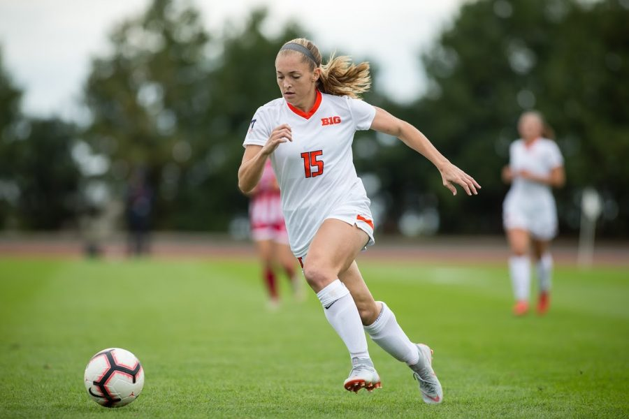 Illinois forward Kelly Maday (15) dribbles the ball during the game against Indiana at the Illinois Soccer Stadium on Sunday, Oct. 14, 2018. The Illini won 1-0 in double overtime.