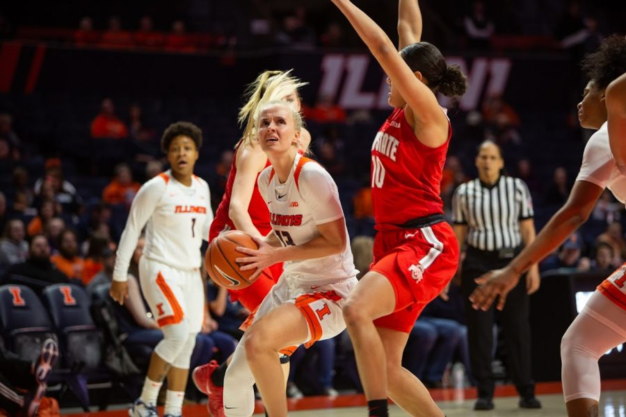 Redshirt-junior+guard+Petra+Hole%C5%A1%C3%ADnsk%C3%A1+maneuvers+around+Ohio+State+defenders+during+the+Illini%E2%80%99s+game+against+the+Buckeyes+at+State+Farm+Center+on+Feb.+6.+Illinois+hosts+No.+20+Indiana+Thursday.