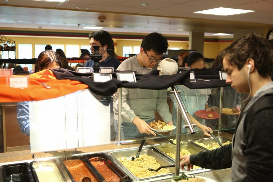 Students eat in the Busey-Evans dining hall on Oct. 25. Even though living in a dorm without access to a kitchen can be a challenge, there are multiple ways to stay healthy.