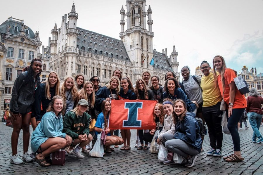 The+University+of+Illinois+Softball+team+poses+for+a+photo+at+Grand+Place+in+Brussels%2C+Belgium+during+their+summer+trip+in+2019.